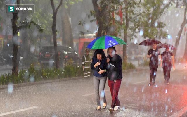 Trực tiếp đón giao thừa Tết Canh Tý 2020: Người Hà Nội đội mưa đón giao thừa, người Sài Gòn đeo khẩu trang chờ năm mới - Ảnh 10.