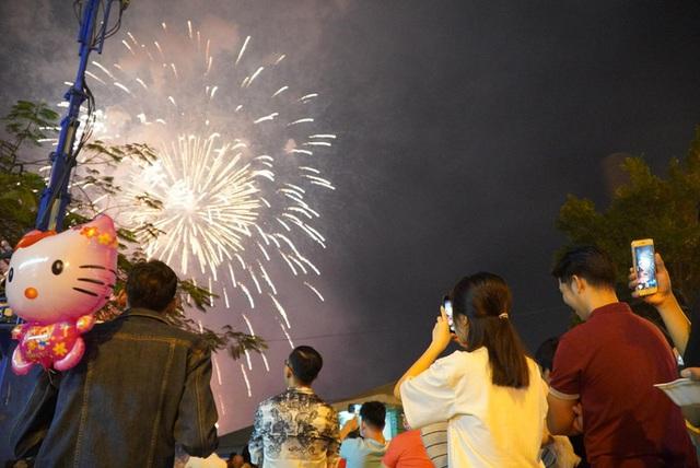 Rực rỡ, đặc sắc pháo hoa giao thừa chào đón năm mới  - Ảnh 1.