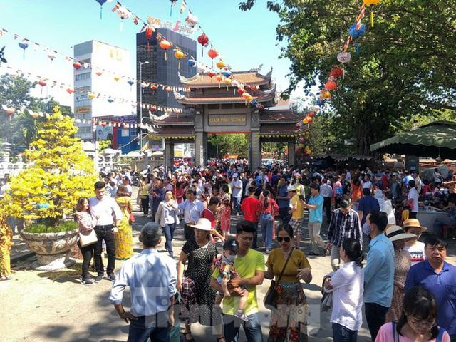 Người Sài Gòn chen chân đi lễ, đường vào chùa kẹt cứng - Ảnh 1.