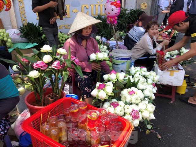 Người Sài Gòn chen chân đi lễ, đường vào chùa kẹt cứng - Ảnh 11.
