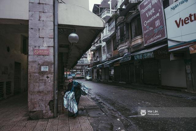 Hà Nội sáng mùng 1 Tết Canh Tý: Sau trận mưa lớn đêm 30, đường phố vắng vẻ như trong cuốn phim cũ nhuốm màu thời gian - Ảnh 14.