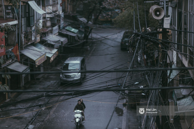Hà Nội sáng mùng 1 Tết Canh Tý: Sau trận mưa lớn đêm 30, đường phố vắng vẻ như trong cuốn phim cũ nhuốm màu thời gian - Ảnh 15.