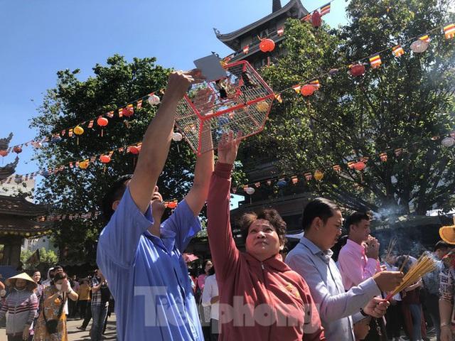 Người Sài Gòn chen chân đi lễ, đường vào chùa kẹt cứng - Ảnh 15.