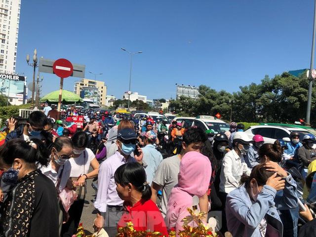 Người Sài Gòn chen chân đi lễ, đường vào chùa kẹt cứng - Ảnh 18.