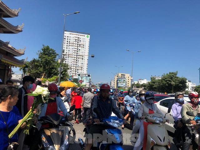 Người Sài Gòn chen chân đi lễ, đường vào chùa kẹt cứng - Ảnh 19.
