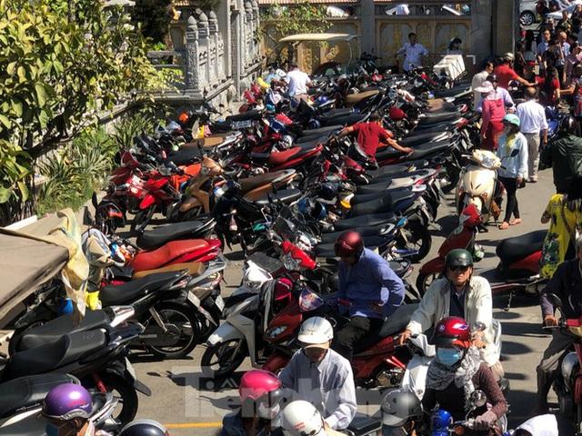 Người Sài Gòn chen chân đi lễ, đường vào chùa kẹt cứng - Ảnh 20.