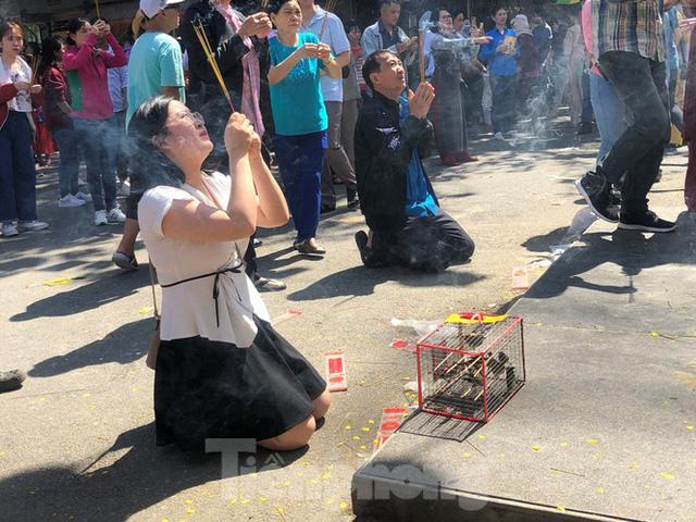 Người Sài Gòn chen chân đi lễ, đường vào chùa kẹt cứng - Ảnh 3.