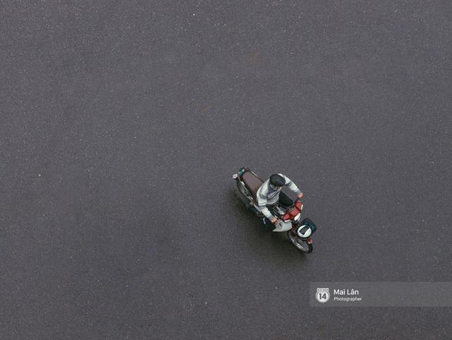 Hà Nội sáng mùng 1 Tết Canh Tý: Sau trận mưa lớn đêm 30, đường phố vắng vẻ như trong cuốn phim cũ nhuốm màu thời gian - Ảnh 5.