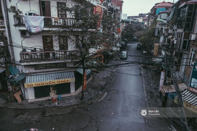 Hà Nội sáng mùng 1 Tết Canh Tý: Sau trận mưa lớn đêm 30, đường phố vắng vẻ như trong cuốn phim cũ nhuốm màu thời gian - Ảnh 6.