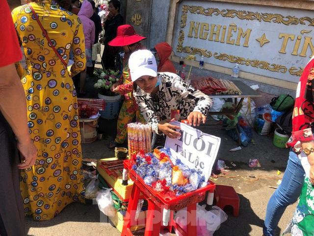 Người Sài Gòn chen chân đi lễ, đường vào chùa kẹt cứng - Ảnh 7.