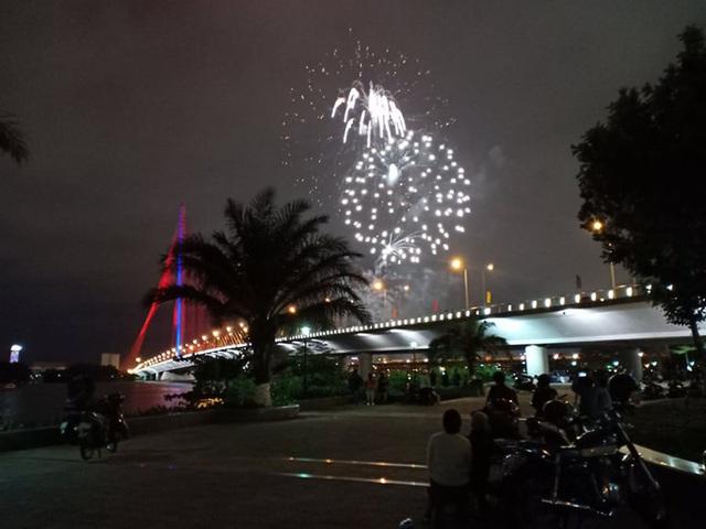Rực rỡ, đặc sắc pháo hoa giao thừa chào đón năm mới  - Ảnh 9.