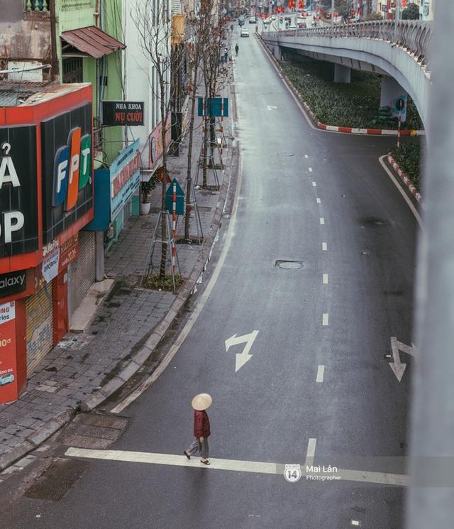 Hà Nội sáng mùng 1 Tết Canh Tý: Sau trận mưa lớn đêm 30, đường phố vắng vẻ như trong cuốn phim cũ nhuốm màu thời gian - Ảnh 8.
