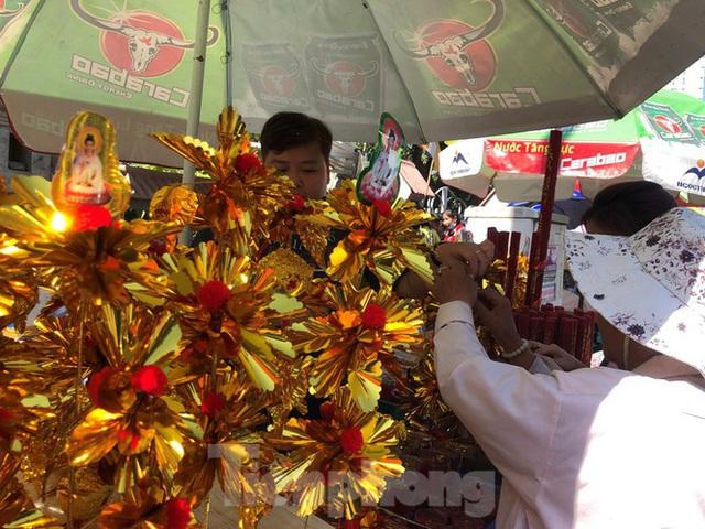 Người Sài Gòn chen chân đi lễ, đường vào chùa kẹt cứng - Ảnh 8.