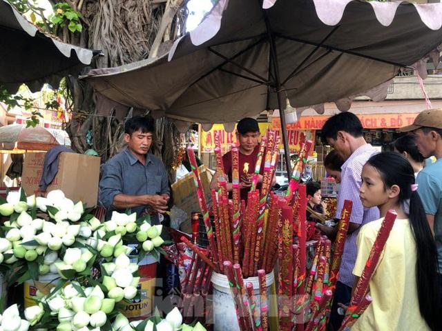 Người Sài Gòn chen chân đi lễ, đường vào chùa kẹt cứng - Ảnh 9.