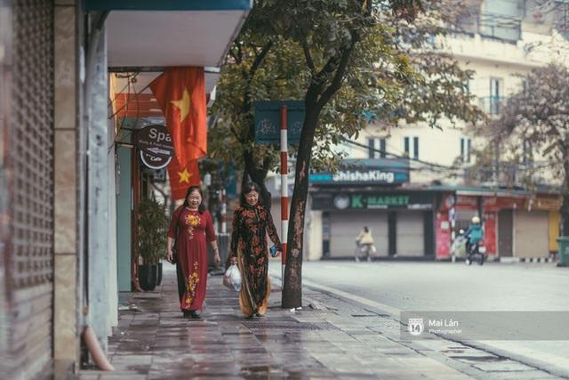 Hà Nội sáng mùng 1 Tết Canh Tý: Sau trận mưa lớn đêm 30, đường phố vắng vẻ như trong cuốn phim cũ nhuốm màu thời gian - Ảnh 10.