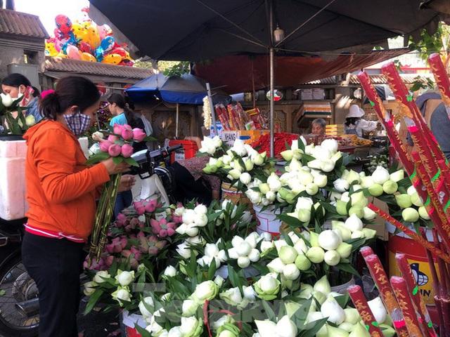 Người Sài Gòn chen chân đi lễ, đường vào chùa kẹt cứng - Ảnh 10.