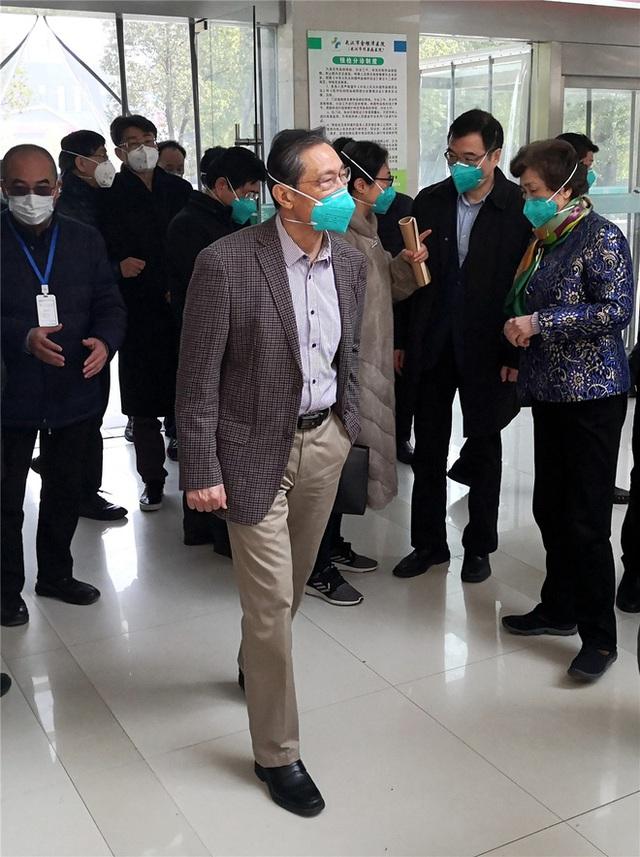 Những người tiến vào tâm dịch Vũ Hán: Anh hùng chống SARS 84 tuổi trở lại cuộc chiến với virus, nhà báo vượt qua nỗi sợ để đưa tin - Ảnh 4.