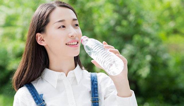 Ngày Tết ăn nhiều nhưng uống ít nước dễ gây hại cho sức khỏe: Chuyên ra chỉ rõ 8 lý do để uống 8 ly nước mỗi ngày, đọc ngay để bảo vệ sức khỏe - Ảnh 2.