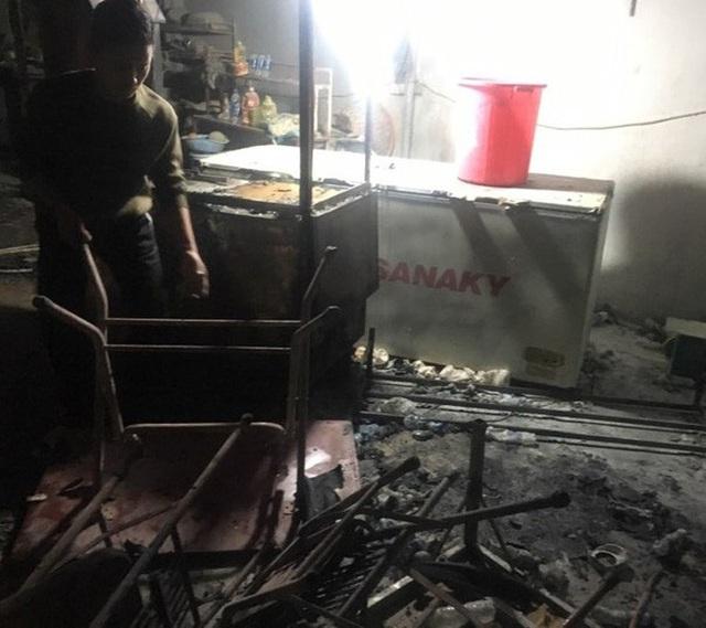 Cháy lớn chợ Phủ Diễn, huy động gần chục xe chữa cháy cùng 50 chiến sĩ dập lửa  - Ảnh 2.