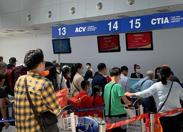 Hành khách tại sân bay Cần Thơ kín mít khẩu trang phòng chống virus Corona - Ảnh 1.