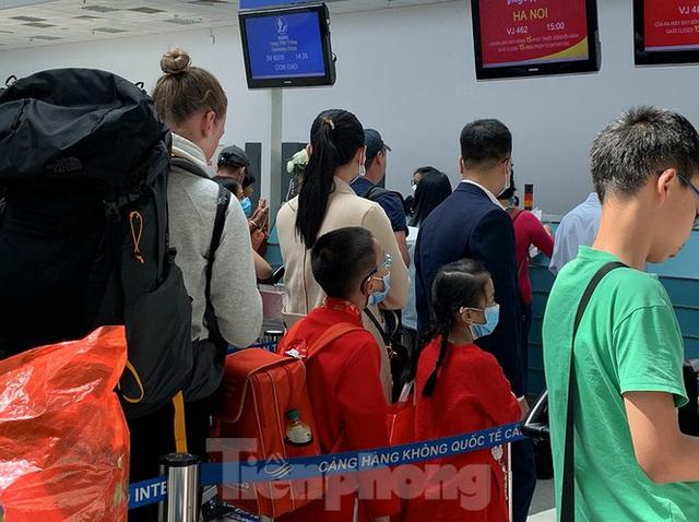 Hành khách tại sân bay Cần Thơ kín mít khẩu trang phòng chống virus Corona - Ảnh 2.
