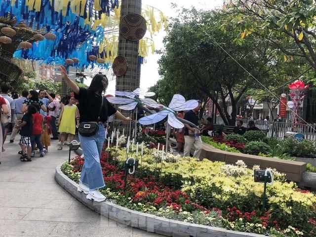 Vì sao tiểu cảnh ở phố đi bộ Nguyễn Huệ tả tơi - Ảnh 11.