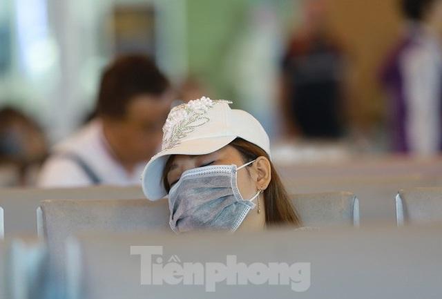 Hành khách tại sân bay Cần Thơ kín mít khẩu trang phòng chống virus Corona - Ảnh 12.