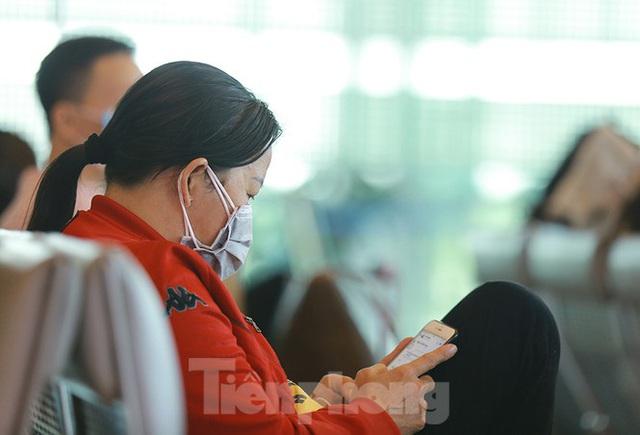 Hành khách tại sân bay Cần Thơ kín mít khẩu trang phòng chống virus Corona - Ảnh 13.