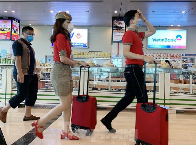 Hành khách tại sân bay Cần Thơ kín mít khẩu trang phòng chống virus Corona - Ảnh 14.
