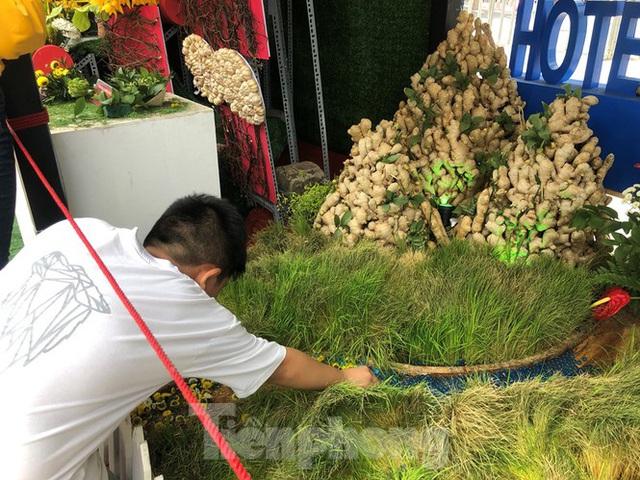 Vì sao tiểu cảnh ở phố đi bộ Nguyễn Huệ tả tơi - Ảnh 19.