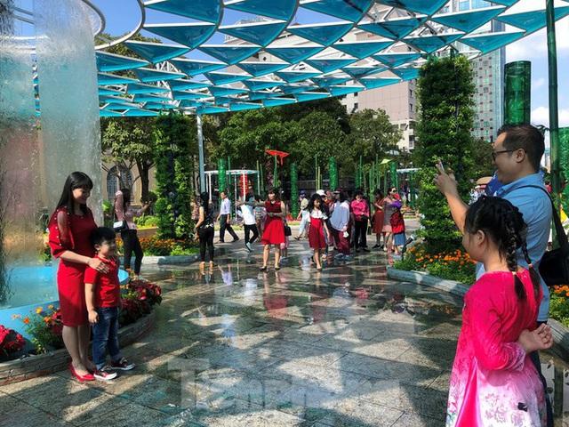 Vì sao tiểu cảnh ở phố đi bộ Nguyễn Huệ tả tơi - Ảnh 3.