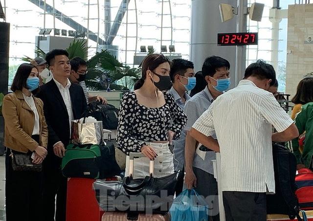 Hành khách tại sân bay Cần Thơ kín mít khẩu trang phòng chống virus Corona - Ảnh 3.