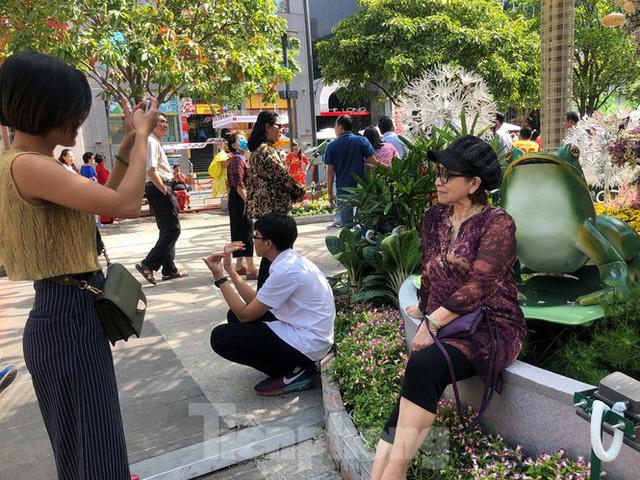 Vì sao tiểu cảnh ở phố đi bộ Nguyễn Huệ tả tơi - Ảnh 24.