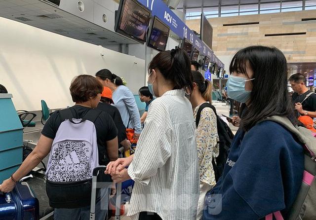 Hành khách tại sân bay Cần Thơ kín mít khẩu trang phòng chống virus Corona - Ảnh 4.