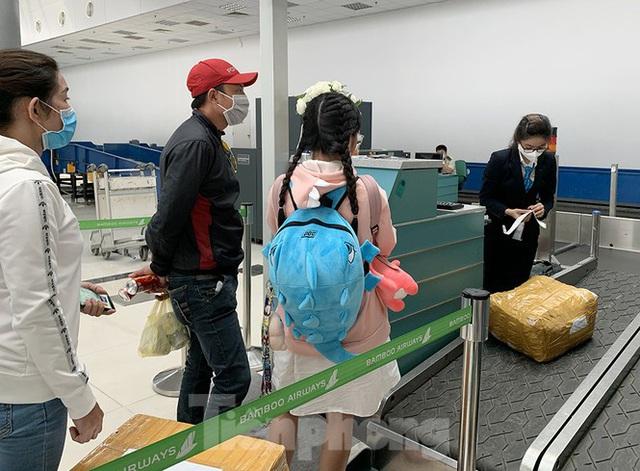 Hành khách tại sân bay Cần Thơ kín mít khẩu trang phòng chống virus Corona - Ảnh 5.