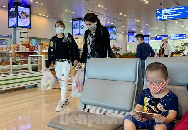 Hành khách tại sân bay Cần Thơ kín mít khẩu trang phòng chống virus Corona - Ảnh 6.