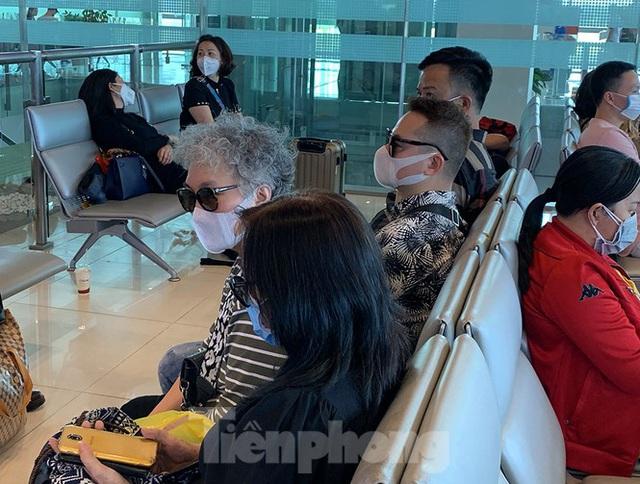 Hành khách tại sân bay Cần Thơ kín mít khẩu trang phòng chống virus Corona - Ảnh 7.