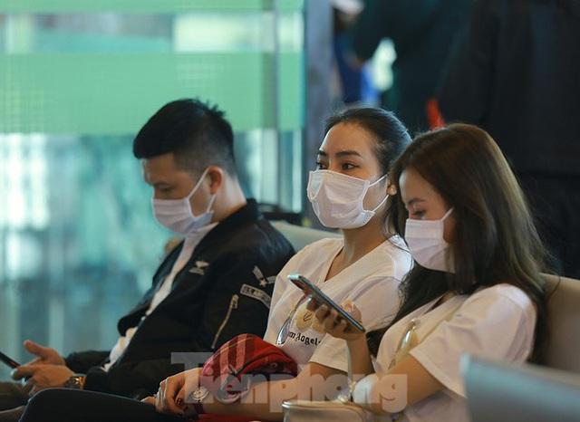 Hành khách tại sân bay Cần Thơ kín mít khẩu trang phòng chống virus Corona - Ảnh 8.