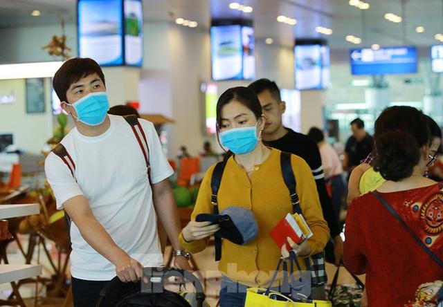 Hành khách tại sân bay Cần Thơ kín mít khẩu trang phòng chống virus Corona - Ảnh 9.