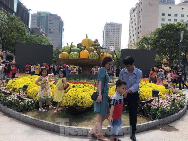 Vì sao tiểu cảnh ở phố đi bộ Nguyễn Huệ tả tơi - Ảnh 10.