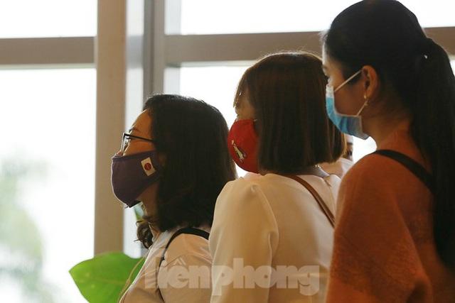 Hành khách tại sân bay Cần Thơ kín mít khẩu trang phòng chống virus Corona - Ảnh 10.