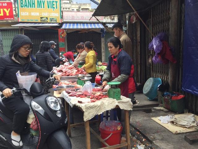 Chợ Thủ đô vắng tiểu thương, rau xanh 'nhảy giá' - Ảnh 1.