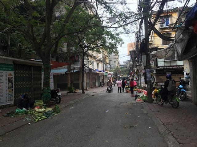 Chợ Thủ đô vắng tiểu thương, rau xanh 'nhảy giá' - Ảnh 2.