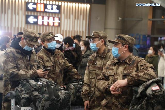 Những khoảnh khắc ấm lòng trong tâm dịch Vũ Hán: Khi tình người dìu dắt nhau vượt qua cơn khủng hoảng virus corona - Ảnh 1.