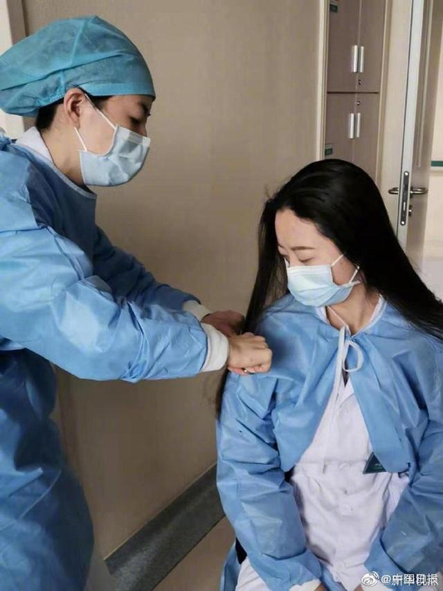 Những khoảnh khắc ấm lòng trong tâm dịch Vũ Hán: Khi tình người dìu dắt nhau vượt qua cơn khủng hoảng virus corona - Ảnh 12.