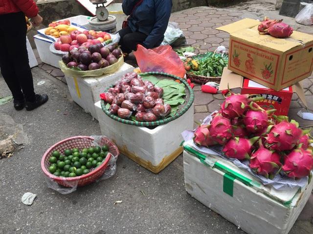 Chợ Thủ đô vắng tiểu thương, rau xanh 'nhảy giá' - Ảnh 13.