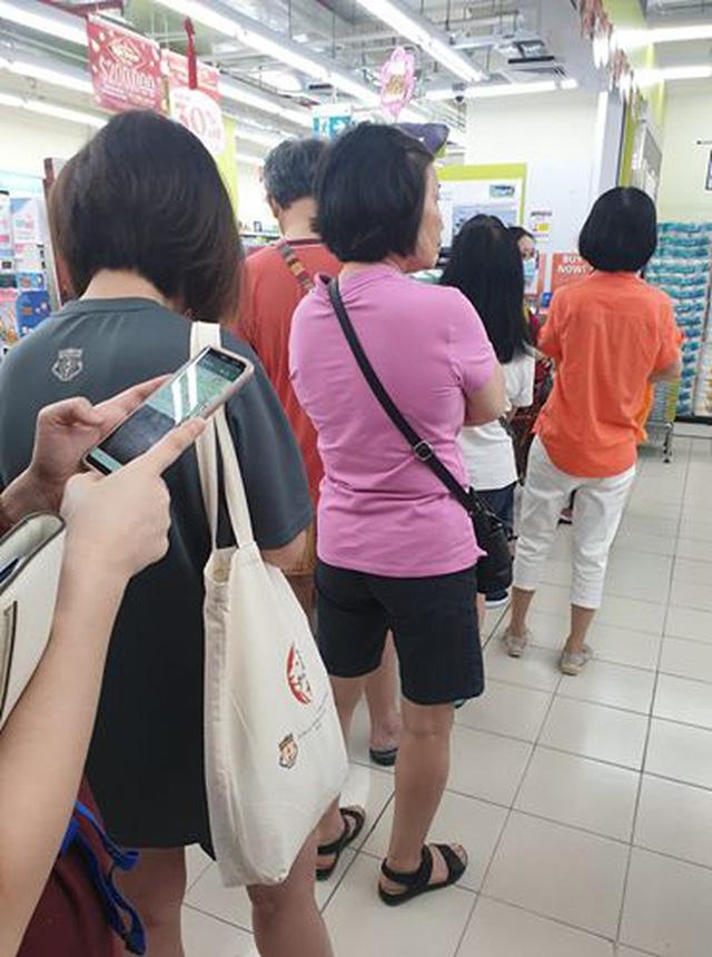Virus Vũ Hán: Người dân các nước khổ sở săn lùng khẩu trang  - Ảnh 3.