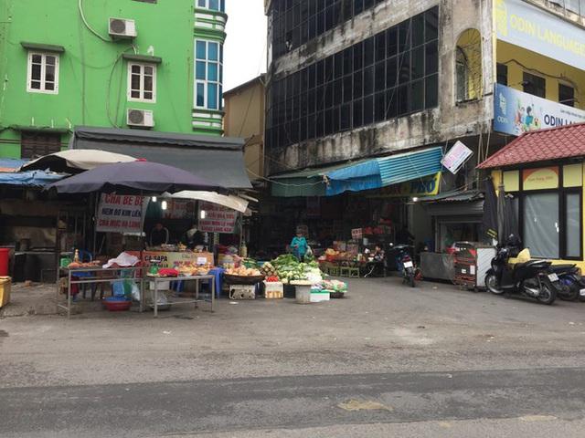 Chợ Thủ đô vắng tiểu thương, rau xanh 'nhảy giá' - Ảnh 6.