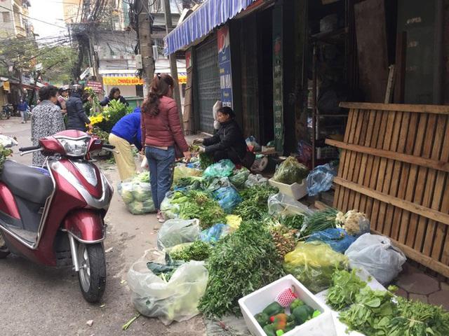 Chợ Thủ đô vắng tiểu thương, rau xanh 'nhảy giá' - Ảnh 7.