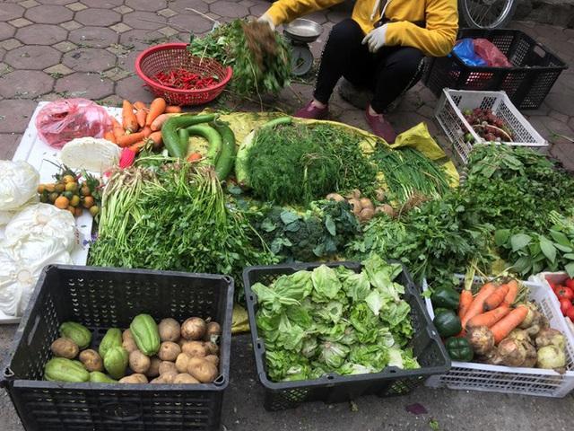 Chợ Thủ đô vắng tiểu thương, rau xanh 'nhảy giá' - Ảnh 8.